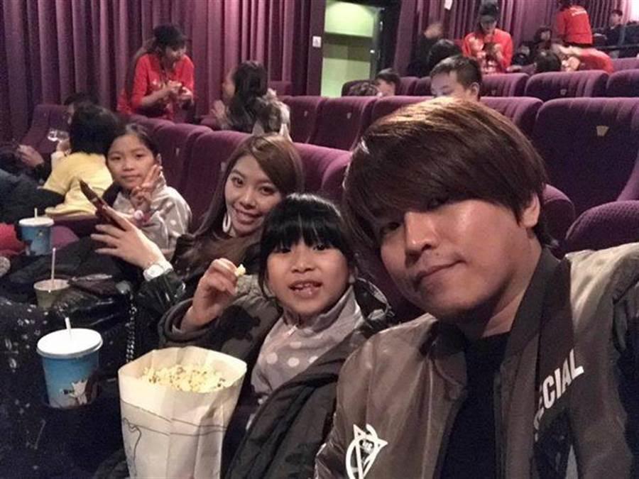 阿弟與Mei的兩個女兒也當相當期待弟弟的到來。(圖/翻攝自阿弟臉書)