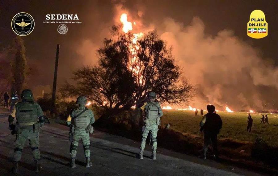 墨西哥中部伊達爾戈州圖拉煉油廠輸油管突然破裂並發生爆炸,已知造成21人死亡,71人受傷。(路透社)