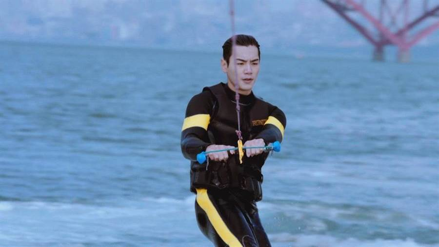 禾浩辰出外景快艇衝浪。(圖片提供:三立)