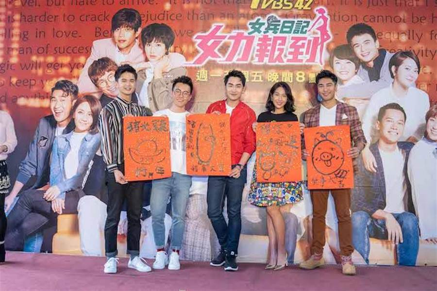 演員群寫春聯送粉絲。(TVBS提供)