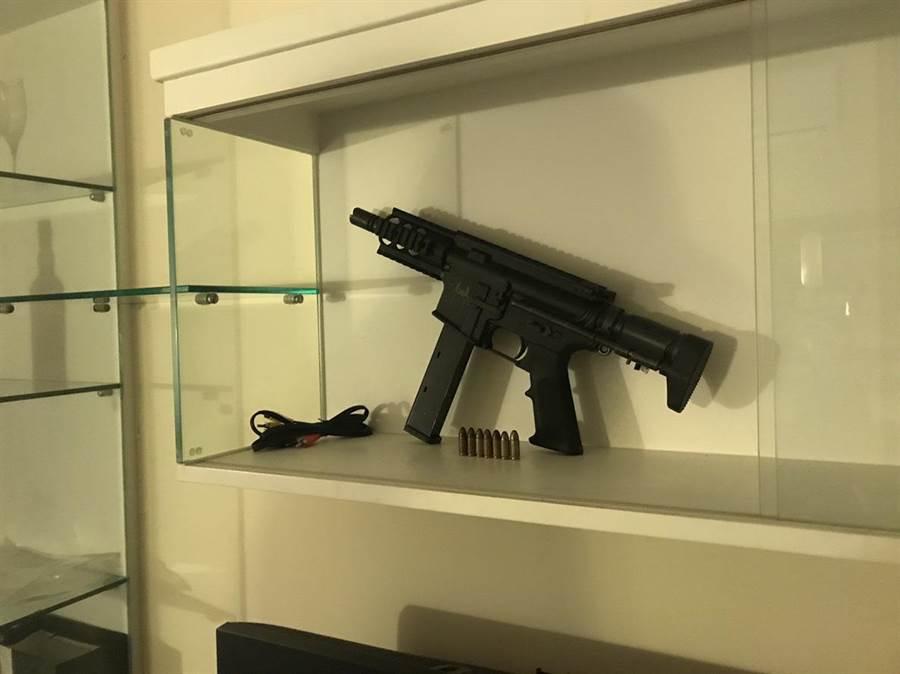 謝嫌的衝鋒槍就放在客廳櫃子上。(陳鴻偉翻攝)