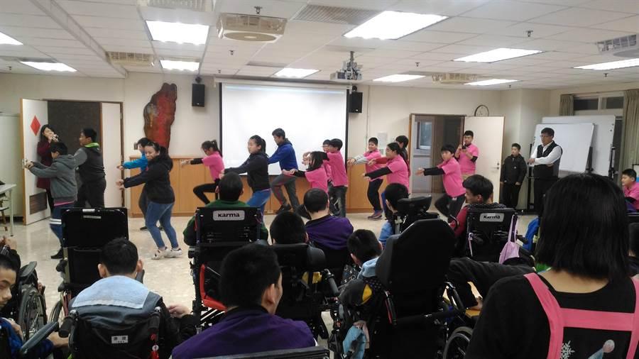橫山國小同學表演Newface舞蹈給院生觀賞。(譚宇哲翻攝)