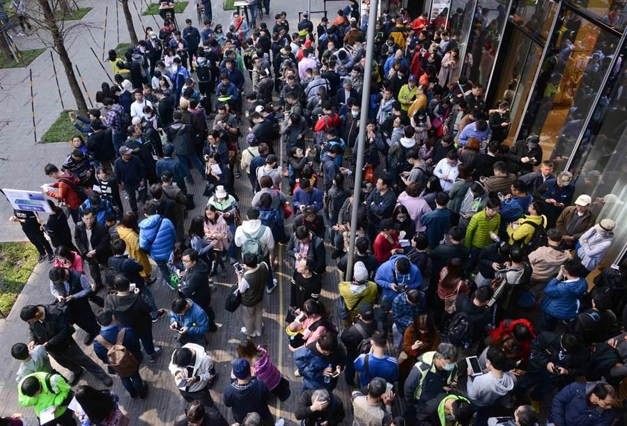HUAWEI Mate20 X微風南山華為體驗店排隊活動現場排隊人潮。(圖/華為提供)
