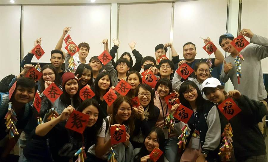 龍華科大新南向假日學校,同學書寫春聯賀節。(校方提供)