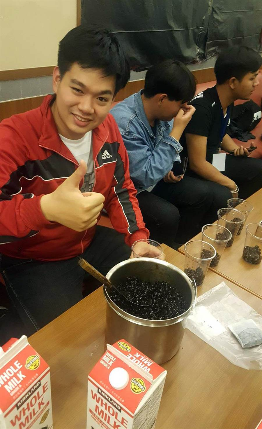 新南向假日學校研習同學手作珍珠奶茶。(校方提供)