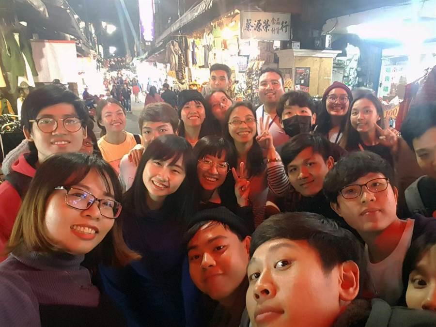 研習同學參觀夜市,體驗台灣小吃文化。(校方提供)