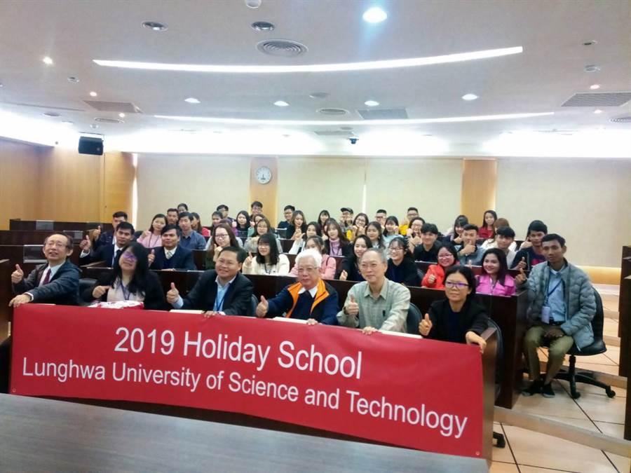 龍華科大開辦「技職假日學校」,強化新南向教育交流。(校方提供)