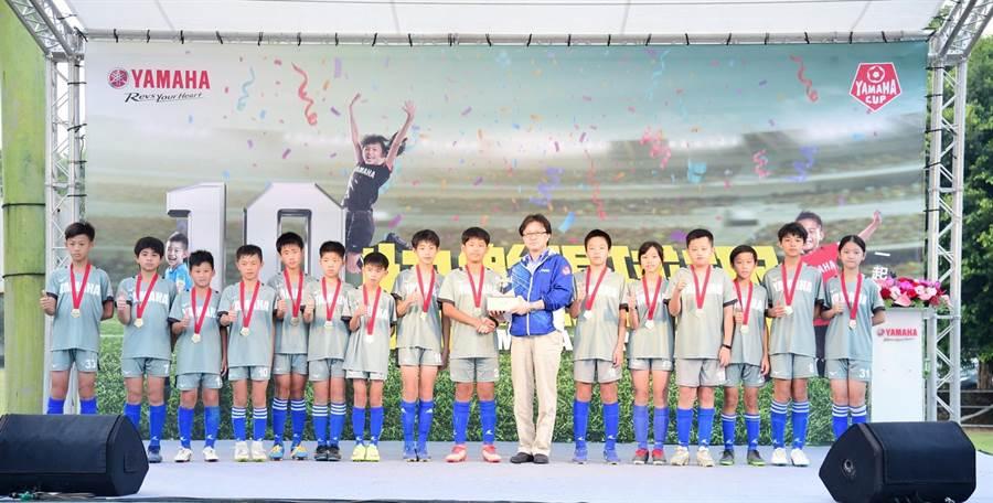 同安國小YAMAHACUP十年全勤出賽,終在第十屆首次抱走冠軍獎杯。(圖/YAMAHA提供)