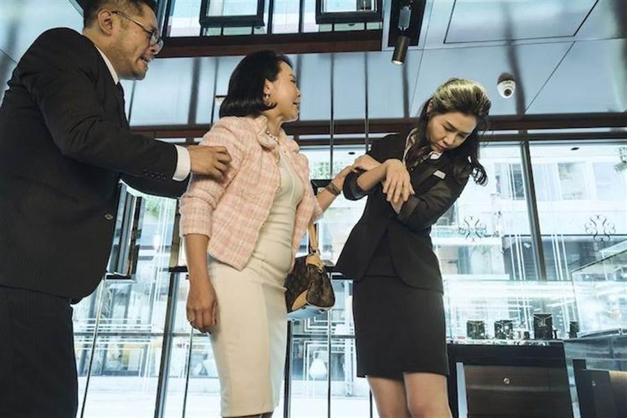 謝盈萱(右)劇中被黑道男鬼附身。(公視提供)