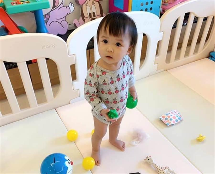 小小愛看著江宏傑的眼神是崇拜還是懷疑,引起球迷的搞笑解讀。(臉書翻攝)