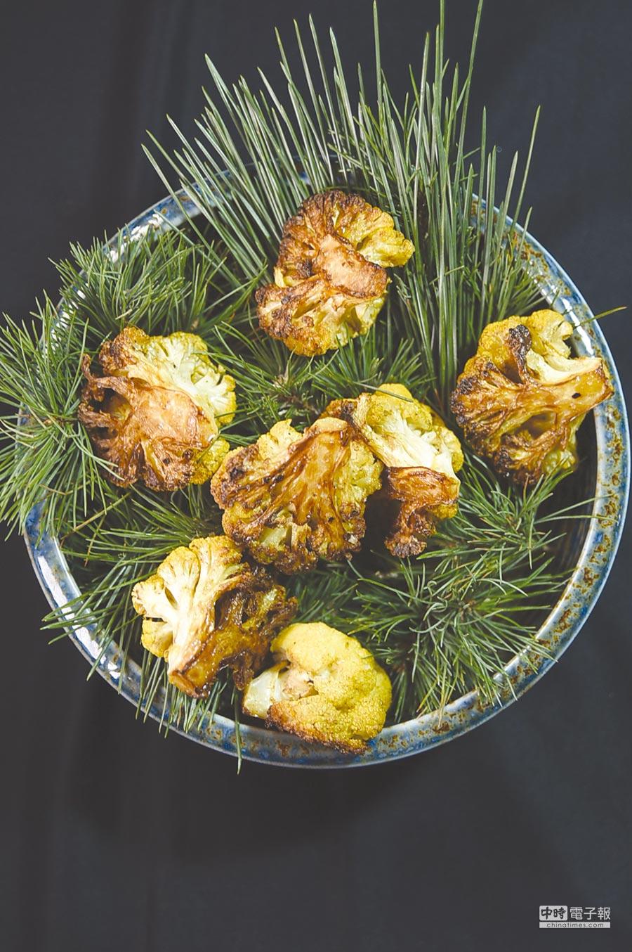 〈黃花椰菜-綠莎莎醬-蓓夏美-起士〉是James Sharman到聖母峰旅遊時得到創作靈感,以當地盛產的黃花椰菜結合松葉表現。圖/姚舜