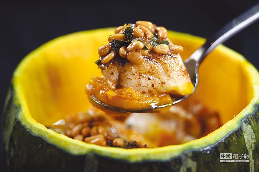 〈石斑魚-南瓜-松子-鼠尾草-奶油〉是用挖空的南瓜為容器,盛裝用松子醬提味的台灣石斑魚。圖/姚舜