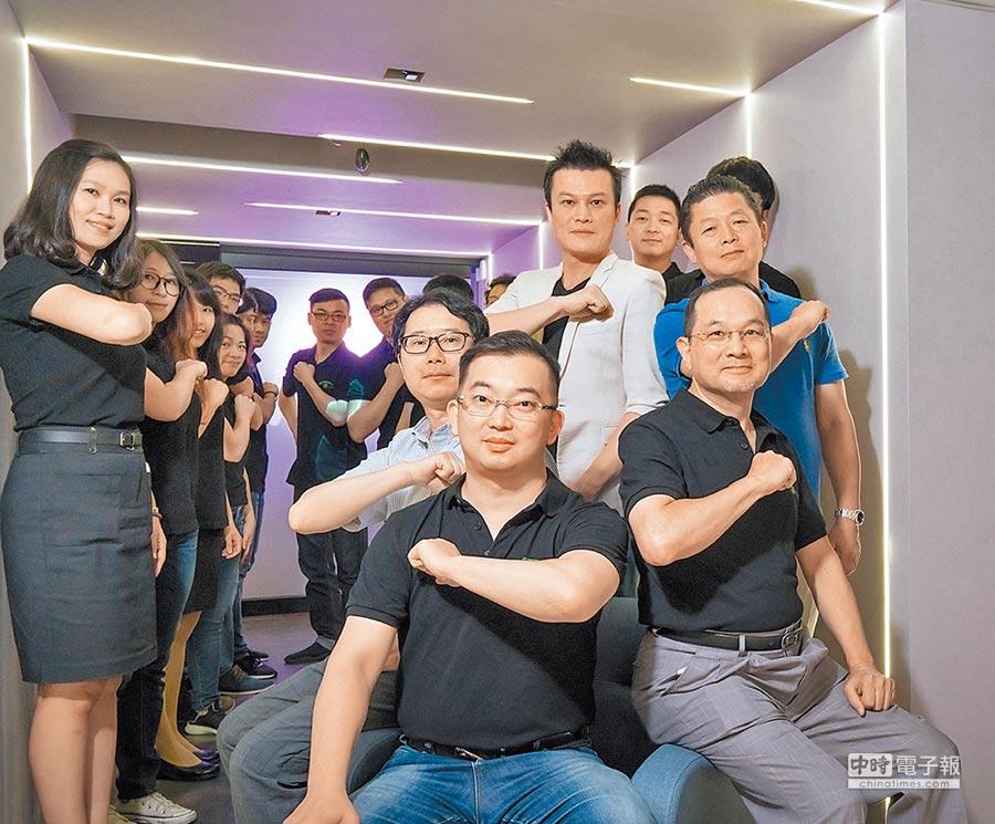 光禾感知創辦人兼執行長王友光(前排左一)、共同創辦人財務總監柯俊傑(前排右一)、股東與員工合影。圖/業者提供
