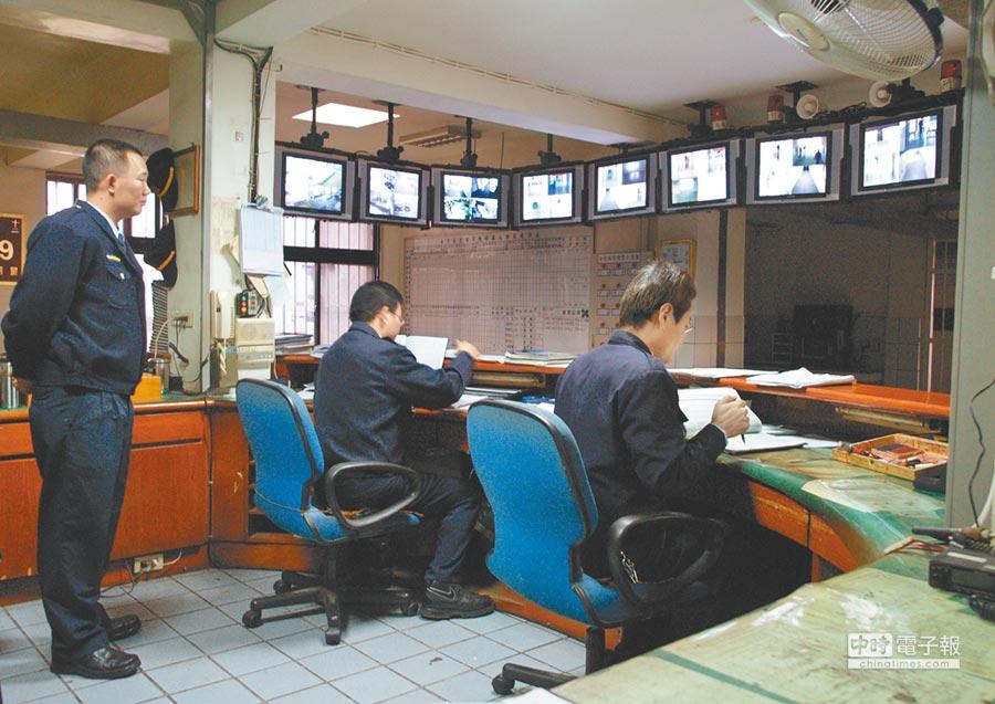 台北看守所中央台設有層層鐵窗關卡,管理員可透過監視畫面監控收容人情形,但死囚陳昱安仍趁睡覺時躲棉被自殺。(本報資料照片)