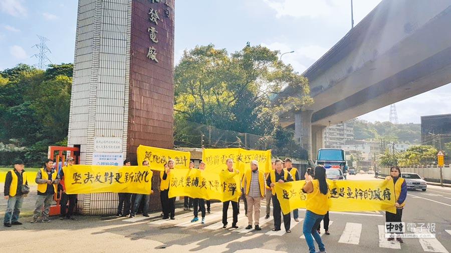 協和電廠18日舉辦改建說明會,大批漁民舉起寫有「鴨霸電廠破壞漁場」、「漁民要捕魚不要炸彈」的黃布條到場抗議。(張穎齊翻攝)
