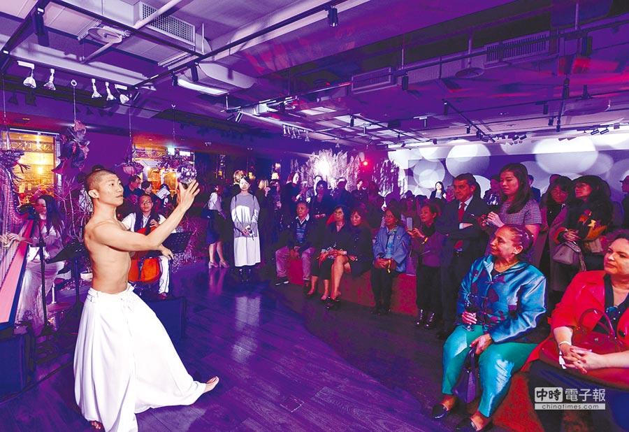 中信銀行於臺北市中國信託金融園區舉辦「中信FUN藝夜」活動,邀請近300位賓客參與,以跨界裝置藝術、多元表演與音樂,搭配在地美食、花卉及紅酒,成為金融機構以藝術文化交流之成功範例。(中信銀行提供)