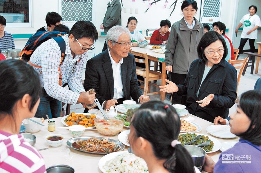 蔡英文總統18日到蓮心園啟智中心和院生共餐。(蓮心園提供)