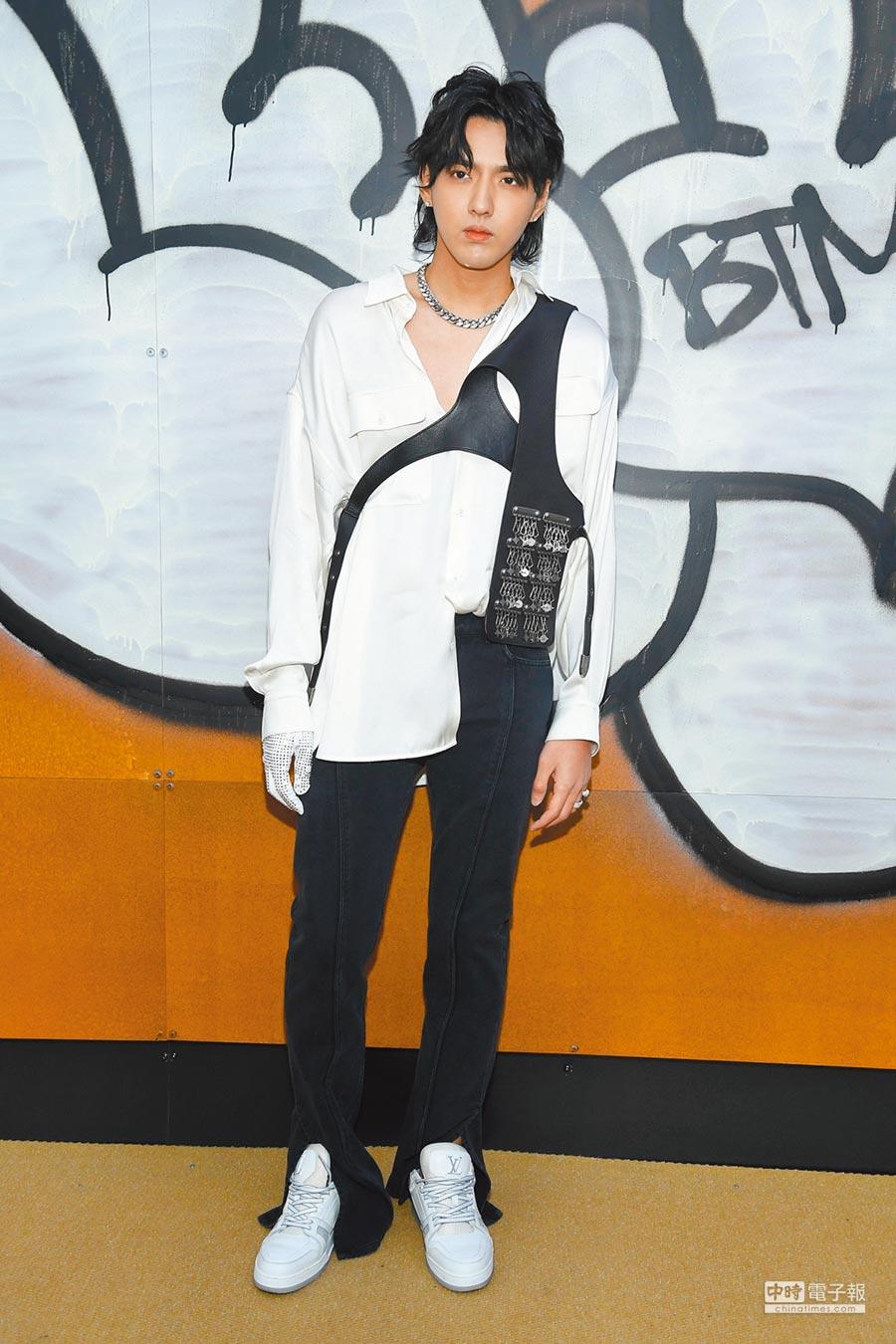 身為LV代言人的男星吳亦凡,以一襲白襯衫、黑褲造型出席品牌2019秋冬男裝大秀。(LV提供)