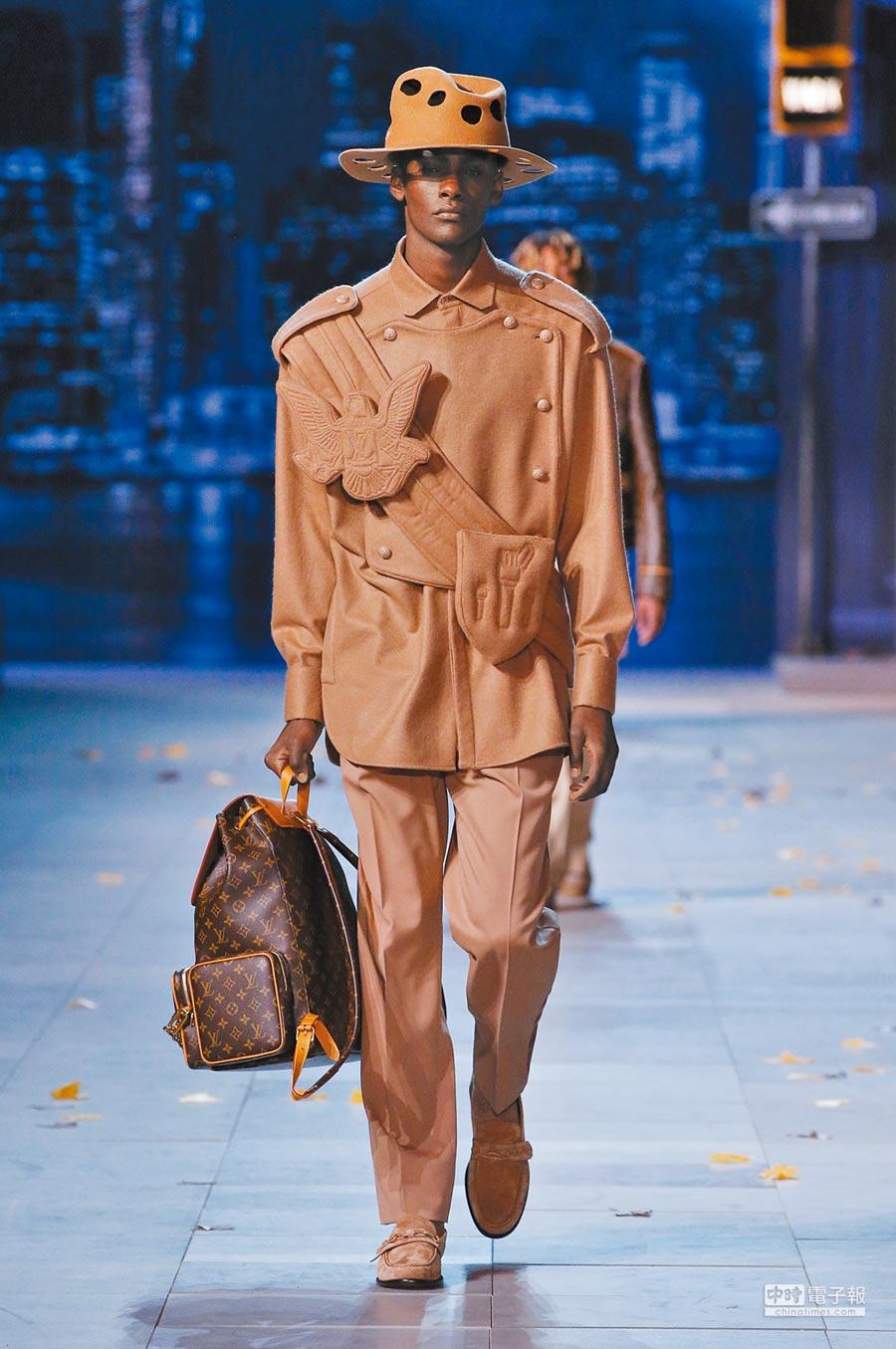 麥可傑克森的經典軍裝造型,幻化為駝色毛呢材質上衣的細節,胸前的徽章造型裝飾也格外搶眼。(LV提供)