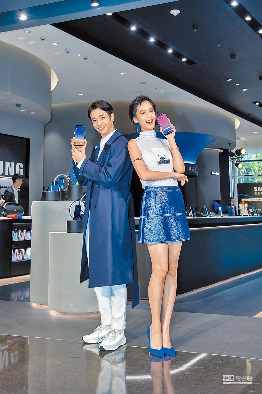 劉以豪及陳庭妮昨(18日)出席三星微風南山旗艦體驗館開幕剪綵活動。(三星提供)