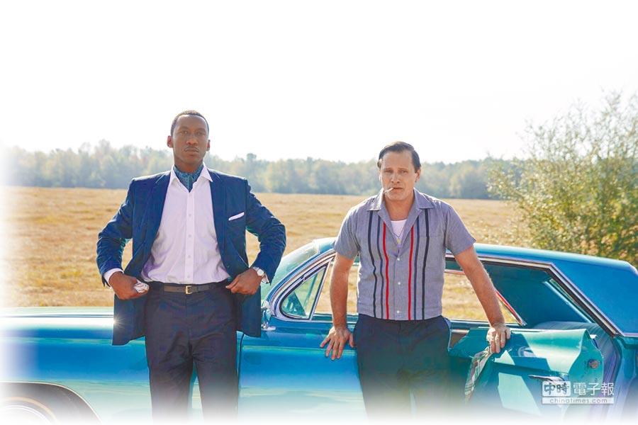 維果莫天森(右)與馬赫夏拉阿里在片中從互不對盤變成好友。(CATCHPLAY提供)