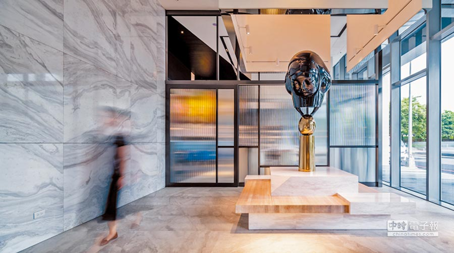 崔永嬿的《金蛋》是以玻璃纖維與不銹鋼為表現素材,上有一個人偶踩著金蛋表演,相當可愛。圖片提供各品牌