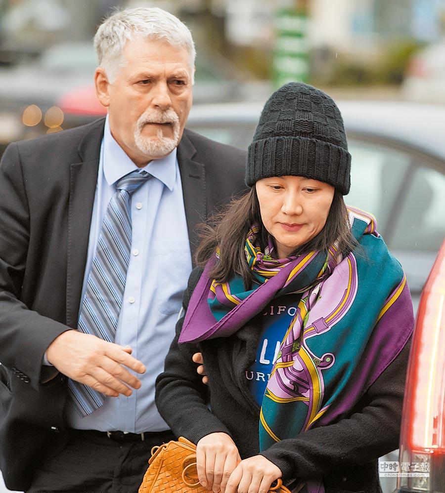 2018年12月12日,在加拿大溫哥華,獲准保釋後華為CFO孟晚舟(右)在安保陪同下出門。(CFP)