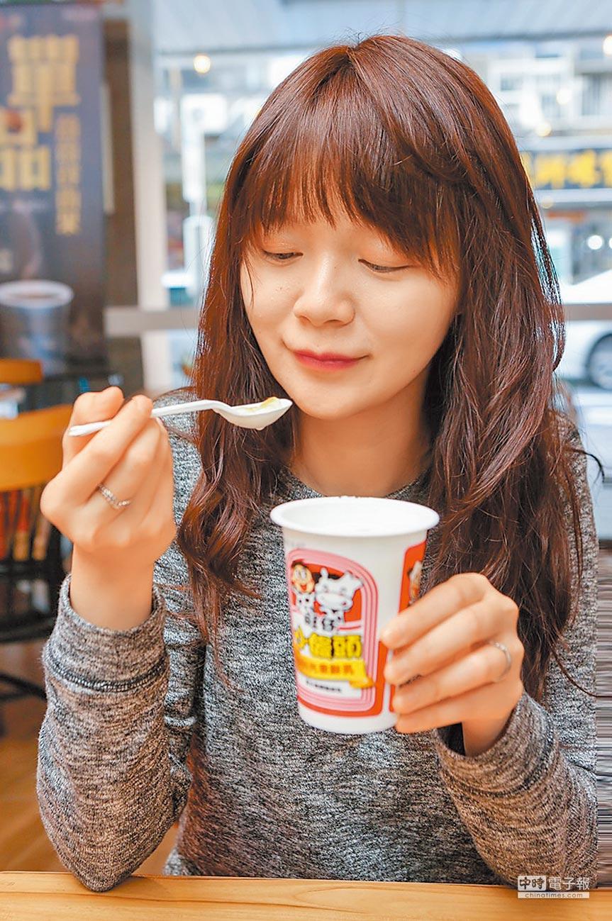 整杯小饅頭倒進牛奶「合併吃」更入味。(本報系記者趙雙傑攝)