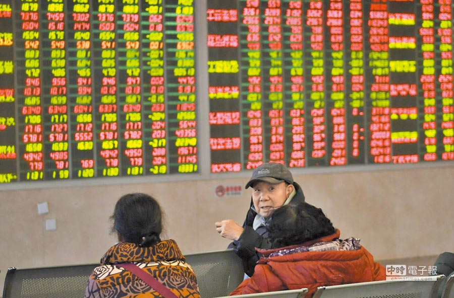 今年將有逾1兆人幣外資注入A股。圖為成都股民關注大盤數據。(中新社資料照片)