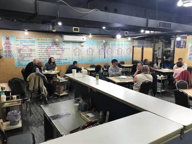 北市警萬華分局在西門町漢口街一家棋牌社查獲非法賭博。〔謝明俊翻攝〕
