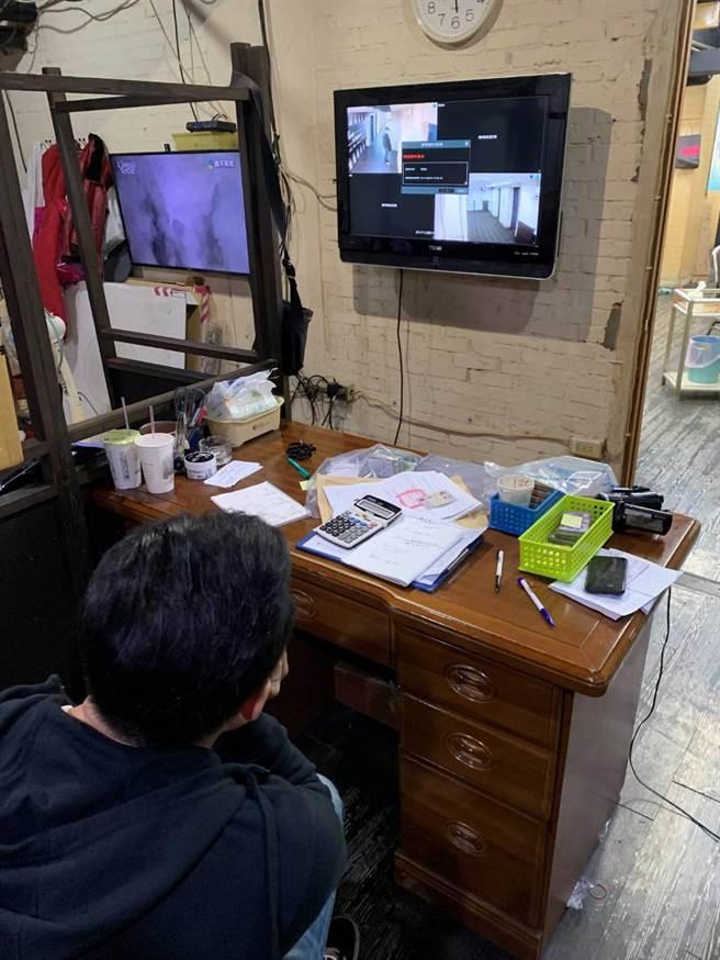 北市警萬華分局在西門町漢口街一家棋牌社查獲非法賭博,業者裝置多個監視器監控可疑人員進出。〔謝明俊翻攝〕
