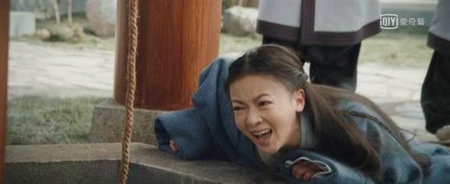 吳謹言飾演的李皓鑭被同父異母的妹妹與正宮媽媽陷害,目睹自己的生母死在井裡。(圖/愛奇藝台灣站提供)