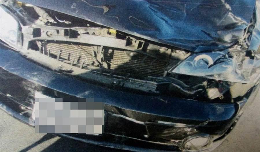盧姓駕駛人的轎車車頭幾乎全毀。(程炳璋翻攝)