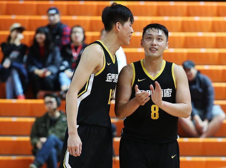 陳文宏(右)20日徹底成為金酒擊敗璞園的無名英雄。(中華籃協提供)