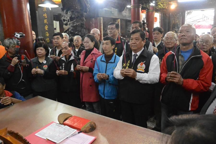 拱天宮依循舊例於每年農曆12月15日,由值年爐主向媽祖筊筶定次年進香日期,圖為擲筊前參拜。(巫靜婷攝)