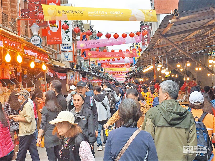 迪化街年货大街昨热闹开跑,吸引大批民眾前往选购。(吴堂靖摄)