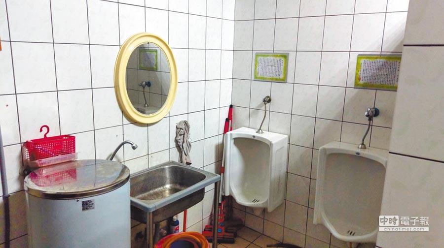舊派出所男女共用的廁所,設計有時會讓人感到害羞。(葉臻攝)