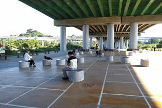 福和橋下象棋園區 象棋造型座椅超吸睛