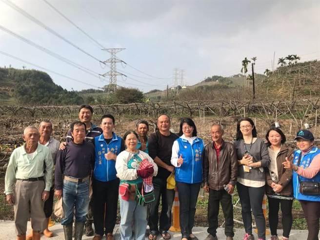 台中市議員冉齡(右五)軒前往東勢石角地區果園,關心黃金梨嫁接情形