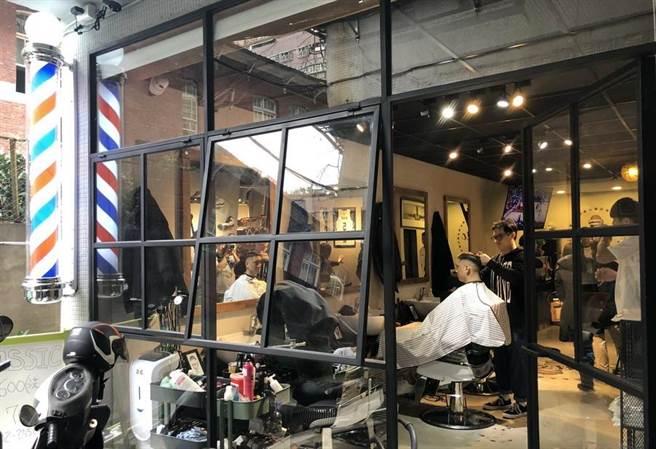 這間經典理髮廳坐落在台北市大同區的一個小巷子內。(黃及人攝)