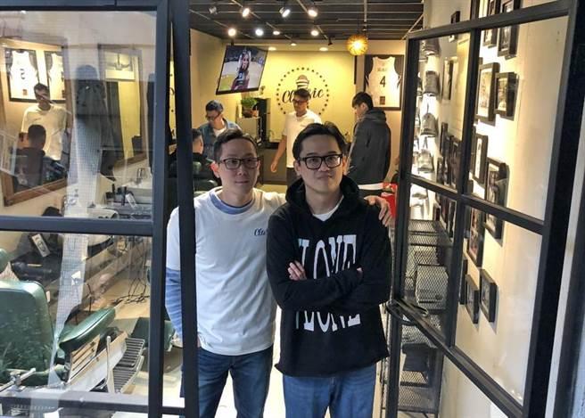 吳永仁(左)、李奇勳共同規畫這間經典理髮廳。(黃及人攝)