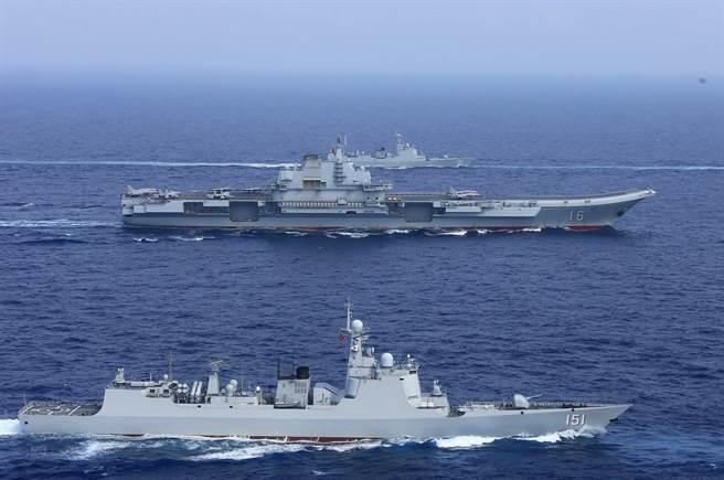 圖為中共海軍遼寧號航母編隊去年4月進行遠海訓練,航母每次執行任務都要有多艘導彈驅逐艦做為防空與反潛護衛。(圖/中新社)