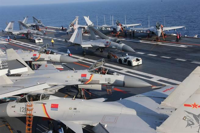 艦載機也是打造航母編隊當中花費極大的項目,在維護與人員訓練上更是常態性的大筆開銷。圖為中共遼寧艦的艦載機。(圖/新華社)