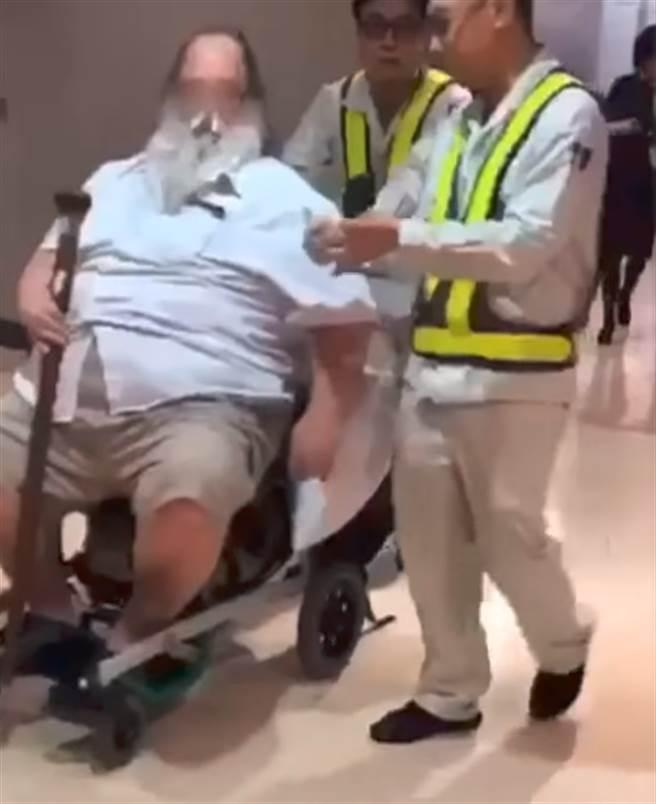 在飛機上強逼空姐協助擦屁股的胖洋男。(圖/翻攝自中視新聞)