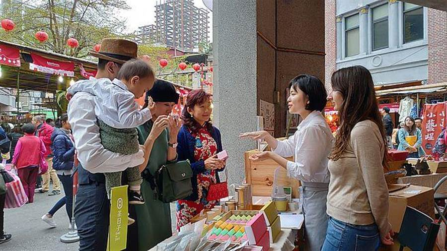 世代群以「创生」为概念,特别将位在「屈臣氏大药房」的『小艺埕』的骑楼空间,全部保留给全台湾各县市地方创生的本土优质食品工艺品。(主办单位提供)