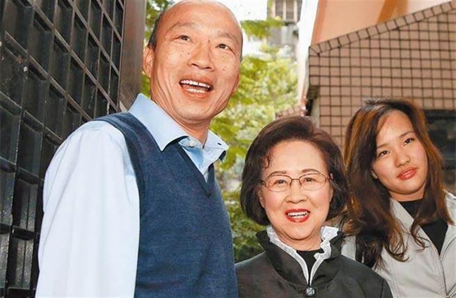 韓國瑜(左)打造「愛情產業鏈」,13日北上邀請知名作家瓊瑤(中)擔任總顧問,女兒韓冰(右)也陪同出席。(本報資料照片)