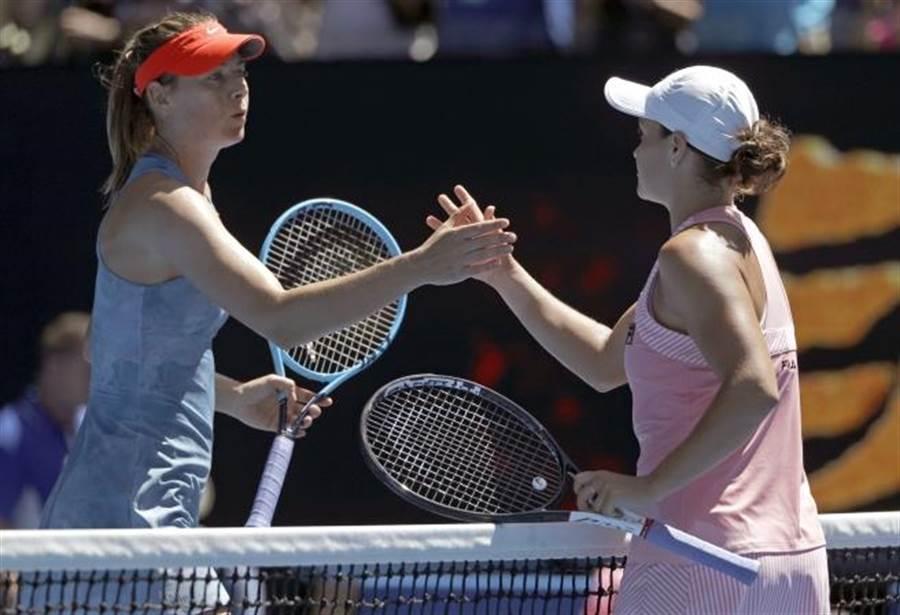 莎拉波娃(左)賽後向對手巴蒂致意。(美聯社資料照)