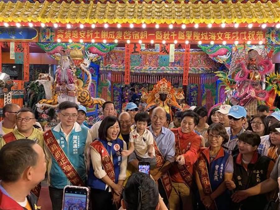 賴瑞隆和候選人韓國瑜同框。現場信徒及支持者擠到爆,紛紛上前要求跟韓合照,韓國瑜變成人形立牌,一旁的賴瑞隆慘變「隱形人」。(資料照)