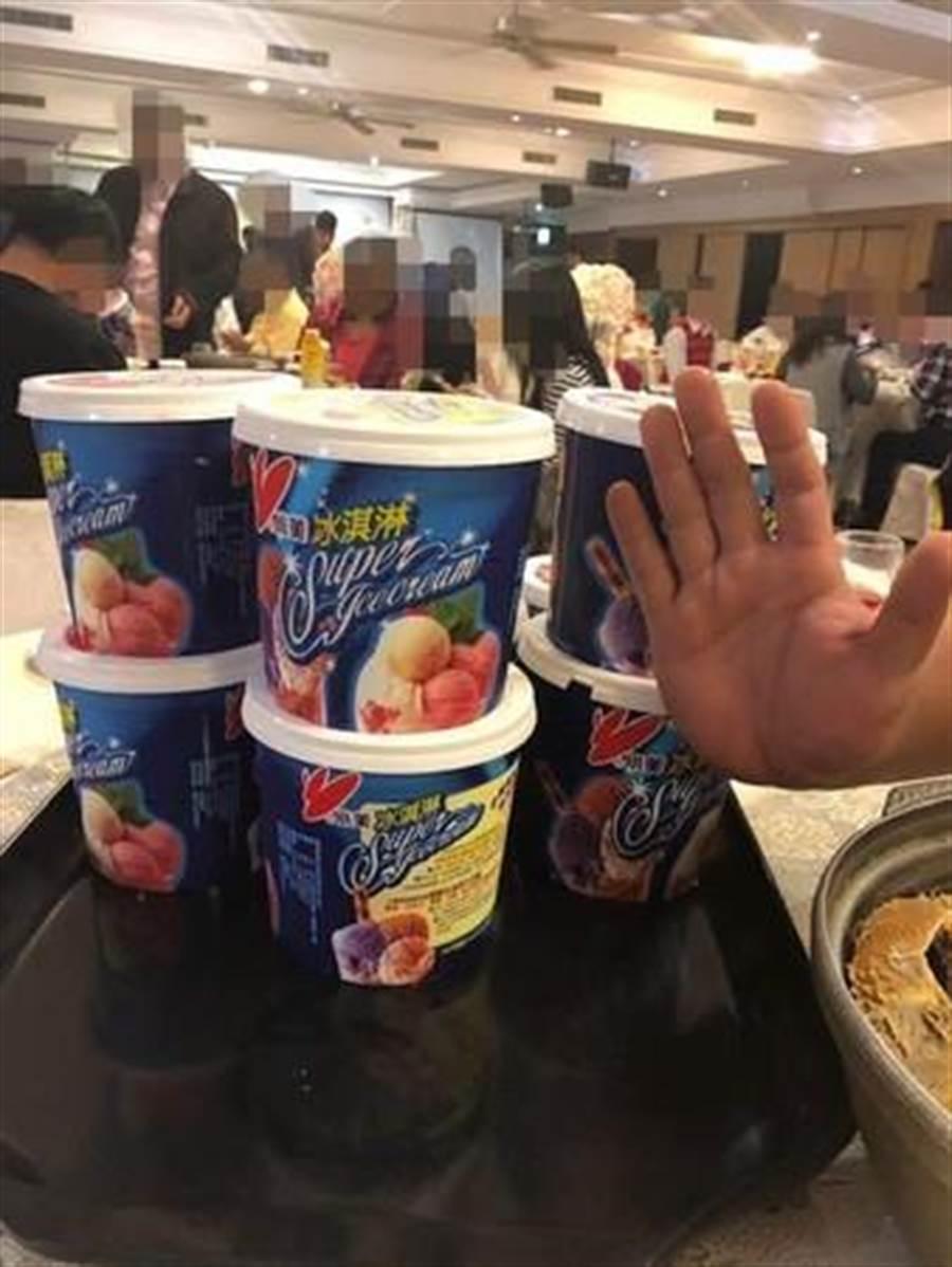 「霸氣小美冰淇淋」比成人的手掌還大,一桌10個,網笑:吃到腦袋結冰。(圖/翻攝自爆廢公社公開版)