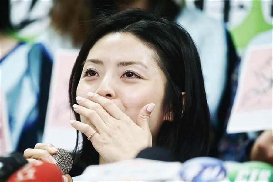 長榮航空BR15班機空服員眼泛淚光出面說明機上受辱事件。(方濬哲攝)